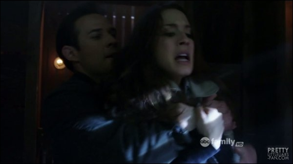 Au cours du dernier épisode de la saison 2, qui tente de tuer Spencer ?