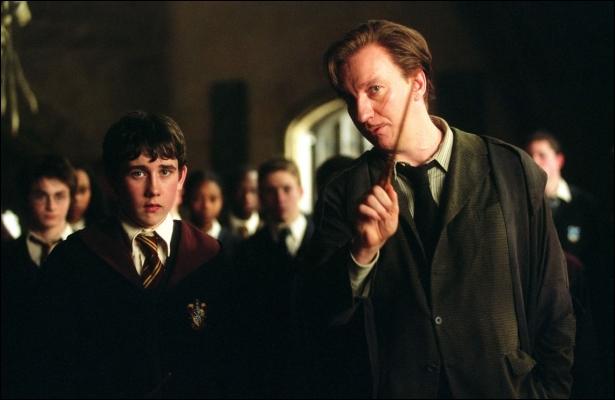 Quelle forme prend l'Épouvantard quand il est devant Neville ?