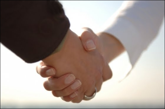 La poignée de main est un geste de salutation, mais que peut-il également indiquer ?