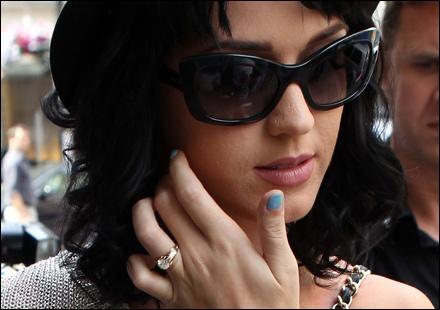 Cette main appartient à la chanteuse de  I Kissed a Girl . Qui est-ce ?