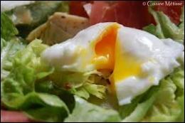 Comment s'appelle la préparation culinaire, au cours de laquelle l'œuf est cuit dans de l'eau bouillante sans sa coquille ?
