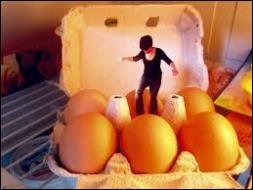 Faire preuve de prudence dans une situation délicate, c'est  ------ sur des œufs