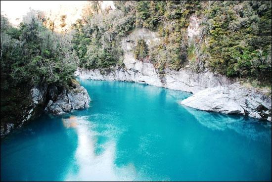 Faisons ensemble une petite virée en canoë à Hotikita, sur le fleuve du même nom, nous serons tranquilles à cet endroit, les moutons n'y viennent que pour boire !