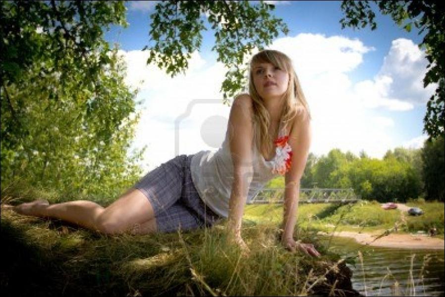 Complétez les paroles de cette comptine : Au bord de la rivière, m'allant promener, l'eau était si claire et le vent léger. Je me suis couchée dans l'herbe pour écouter le vent...