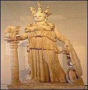La sculpture glorifie l'harmonie des formes du corps comme chez Phidias et Praxitèle. Quelle est cette statue que vous trouverez au musée archéologique d'Athènes ?