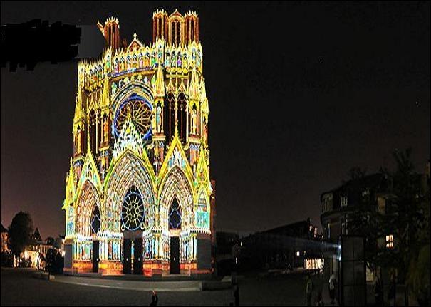 L'art médiéval voit apparaître un retour du religieux, tourné vers la célébration de la foi. Quelle est cette cathédrale comptant 2 303 statues ?