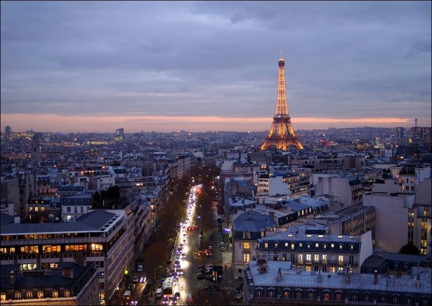 À New York, les quartiers  West Side  et  East Side  sont départagés par la 5ème avenue, à Paris qu'est-ce qui sépare la  Rive Gauche  et la  Rive Droite  ?