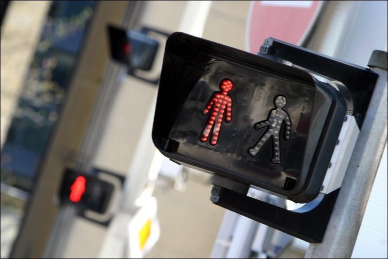 À Paris, pour les passages piétons, quand il ne faut pas traverser c'est indiqué par un homme rouge; qu'est-ce qui remplace l'homme rouge à New York ?
