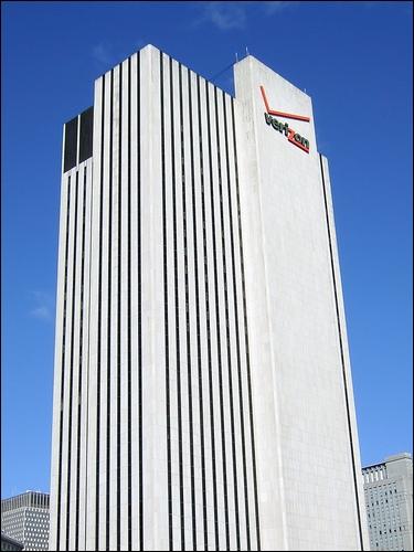 À New York, la tour la plus haute est la  Verizon Tower , à Paris la plus haute est la tour ________.