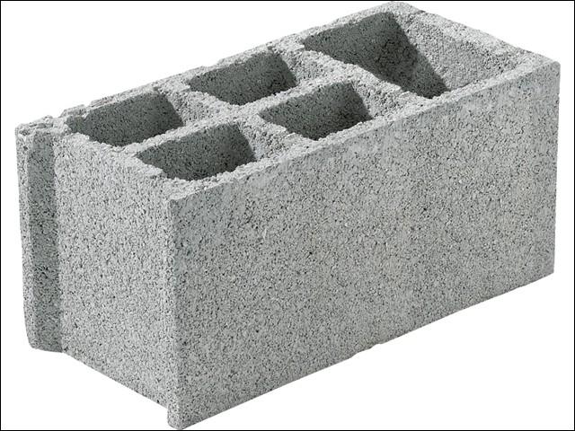 Pour édifier les murs, le maçon utilise ces pièces moulées. Quel en est le nom ?