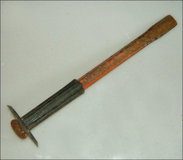 Cet outil allait aussi bien au maçon qu'au tailleur de pierre, qui l'utilisait avec l'outil de la question 3. Quel est son nom ?