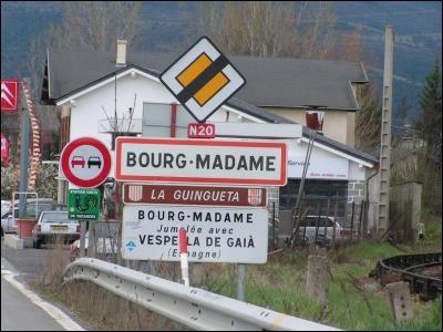 Voisine de l'enclave espagnole de Llívia dans les Pyrénées-Orientales.