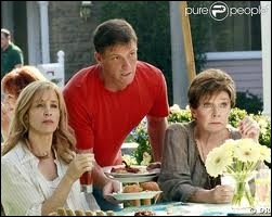 Que fait Stella (la mère de Lynette) pour que sa fille se sente mieux ?