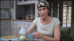Avec quoi Lynette décide-t-elle de tuer l'opossum qui est dans son jardin ?