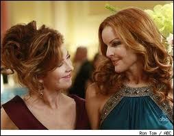 Que fait Bree à Katherine pendant le bal de la fondation ?