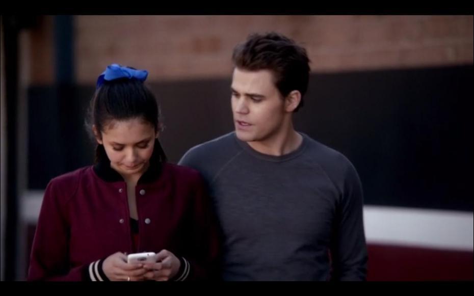 Que fait Elena avec son portable ?