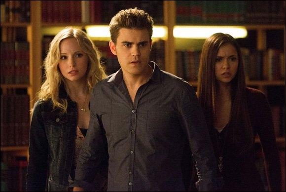 Qui Stefan, Elena et Caroline regardent-ils ?