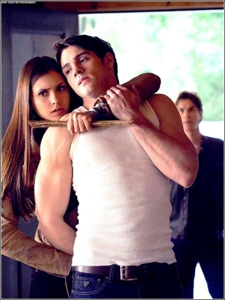 Pourquoi Elena tient-elle Jeremy comme ça ?