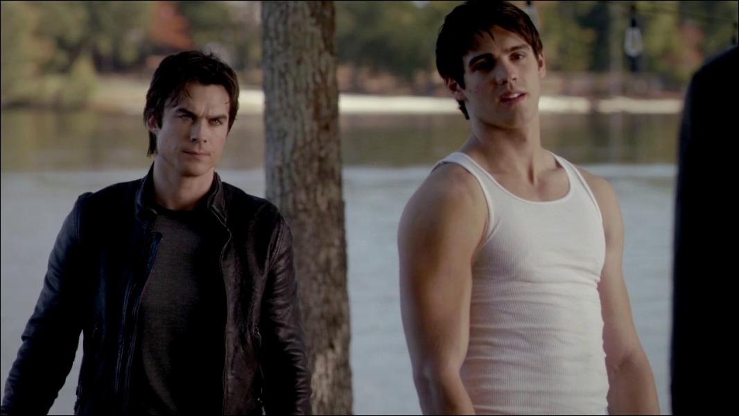 Qui Jeremy et Damon regardent-ils ?