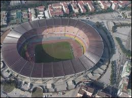 Quel joueur joue dans le stade San Paolo ?