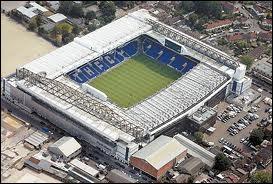 Quel joueur joue dans le stade White Hart Line ?