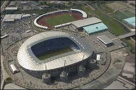Quel joueur joue dans le stade Etihad Stadium ?