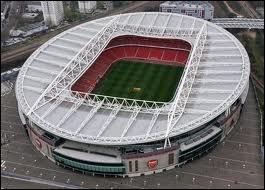 Quel joueur joue dans l'Emirates Stadium ?