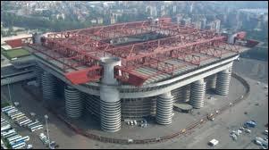 Quel joueur joue dans le stade San Siro (Giuseppe-Meazza) ?