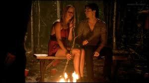 Pourquoi Damon parle-t-il à Rebekah au feu de camp ?