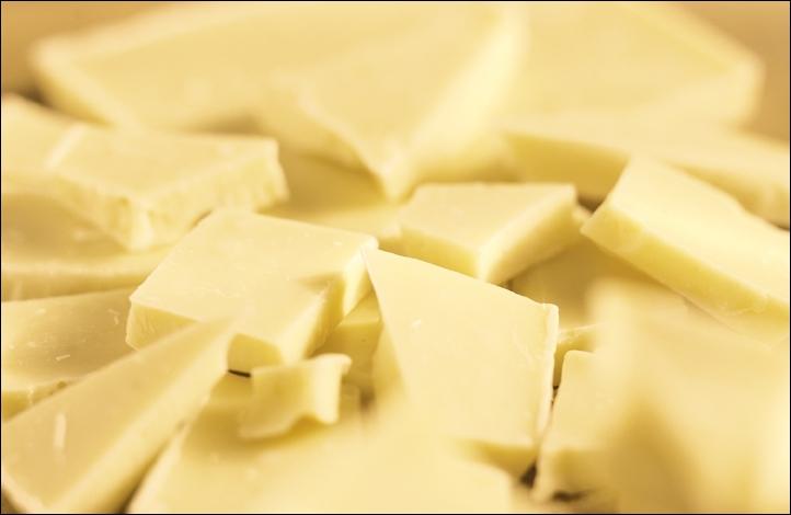 Quel produit est la base principale du chocolat blanc ?