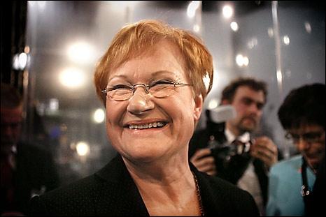 En 2009, le magazine Forbes, du fait de sa politique étrangère de soutien aux Droits de l'homme, la classa parmi les plus puissantes femmes du monde. Qui est cette présidente de la Finlande ?