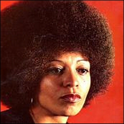 Membre du groupe les  Black Panther Party , elle défendit la cause des noirs aux USA dans les années 1969-70. Ce n'est pas pour autant qu'elle donna son nom à une épreuve de tennis. Qui est-elle ?