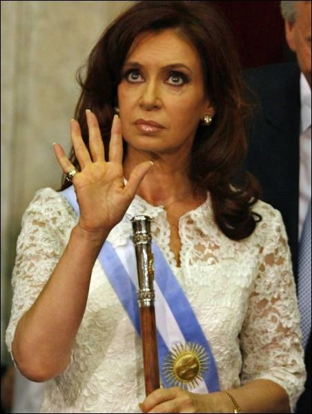 Présidente de l'Argentine depuis 2007, populaire et élue au premier tour, elle s'est prise de front avec la pape dès son arrivée au pouvoir. Qui est-elle ?