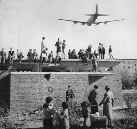 Quel est le résultat direct du blocus de Berlin, organisé par l'URSS en 1948 et 1949 ? (photo : Avion survolant Berlin durant le blocus)