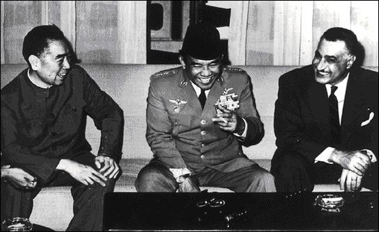 En 1955, une conférence réunit les dirigeants de pays non-alignés (opposés à la bipolarisation du monde) tels Nasser et Nerhu. Où cet événement a t-il lieu ? (photo : dirigeants de pays non-align&