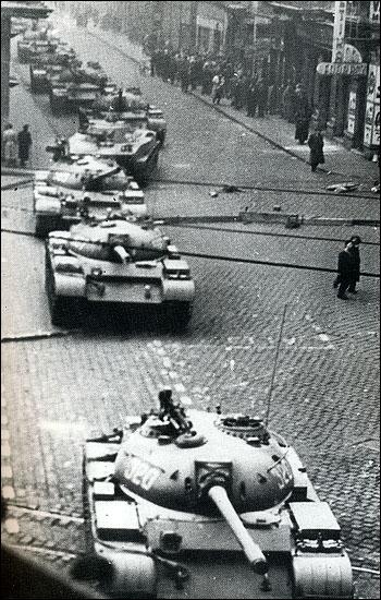 En 1956, l'un des pays alliés de l'URSS se révolte contre sa domination sur toute l'Europe de l'Est lors d'un importante insurrection. Lequel est-ce ? (photo : tanks réprimant l'insurrection)
