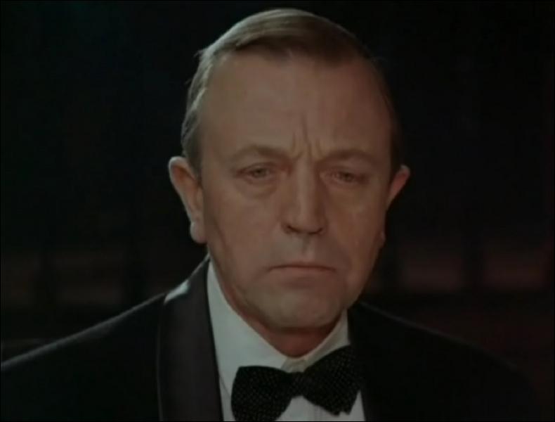 Edward Armstrong, médecin très réputé, a tué une patiente en l'opérant d'une péritonite alors qu'il était ivre. Comment décède-t-il ?