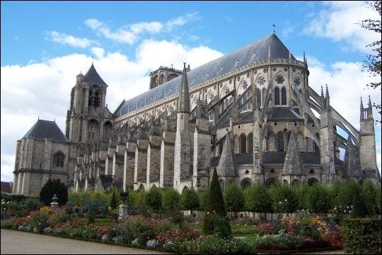 Cette cathédrale se caractérise par l'absence de transept alliée au double bas-côté qui donne une impression de profondeur. De laquelle s'agit-il ?
