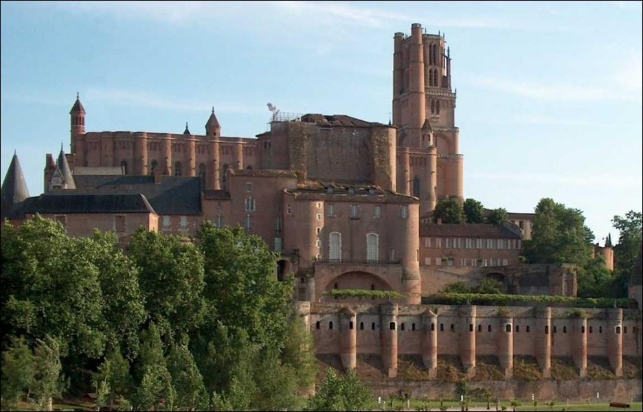 Cette cathédrale est connue pour son édifice incontournable et son architecture extérieure particulière. De laquelle s'agit-il ?