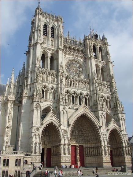 Il s'agit de la plus grande cathédrale de l'hexagone. Comment se nomme-t-elle ?