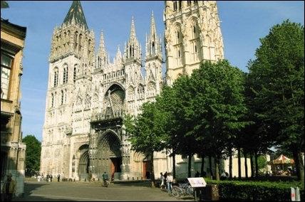 Cette cathédrale est la plus haute de France grâce à sa flèche qui culmine à plus de 150 mètres. De quelle cathédrale s'agit-il ?