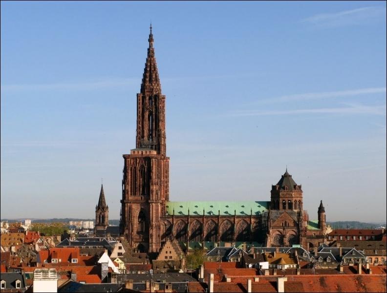 Il s'agit de la deuxième cathédrale la plus visitée de l'hexagone après Notre-Dame de Paris. Comment s'appelle-t-elle ?