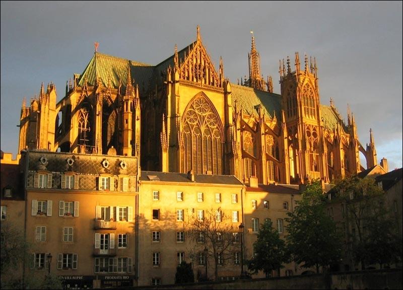 Cette cathédrale dispose de 6 500 m2 de surface vitrée ce qui est un record en France. De quelle cathédrale s'agit-il ?