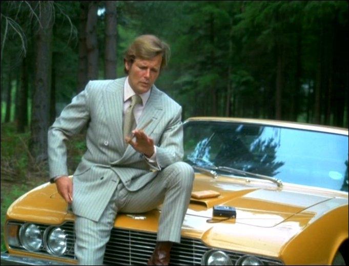 On peut voir cette Aston Martin avec lord Brett Sinclair dans
