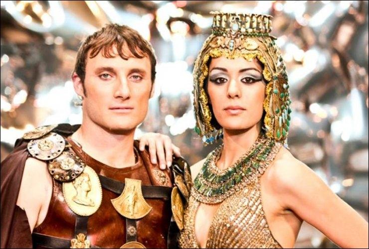 Lors du mariage de Ptolémée et de Cléopâtre, qui chante  De l'ombre à la lumière  ?