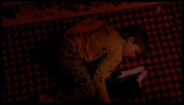 Qui crie et réveille Cole dans la tente rouge ?