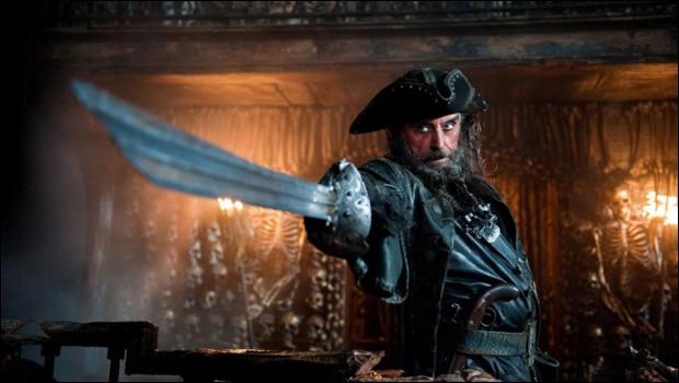 Quand nous avons vu Barbe-Noire pour la première fois, qu'a-t-il fait avec son épée ?