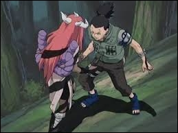Lors du combat qui oppose Shikamaru à Tayuya, quel doigt se brise-t-il pour résister aux hallucinations engendrées par la flûte de Tayuya ?