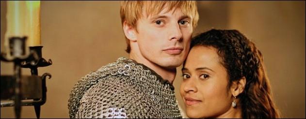De quelle couleur était la robe que portait Guenièvre lors de son premier rendez-vous avec Arthur ?