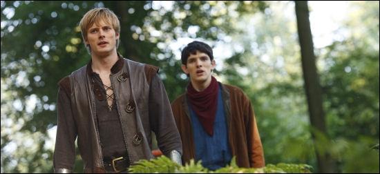 A la fin de la saison 4, pourquoi Merlin jette-t-il un sort à Arthur ?